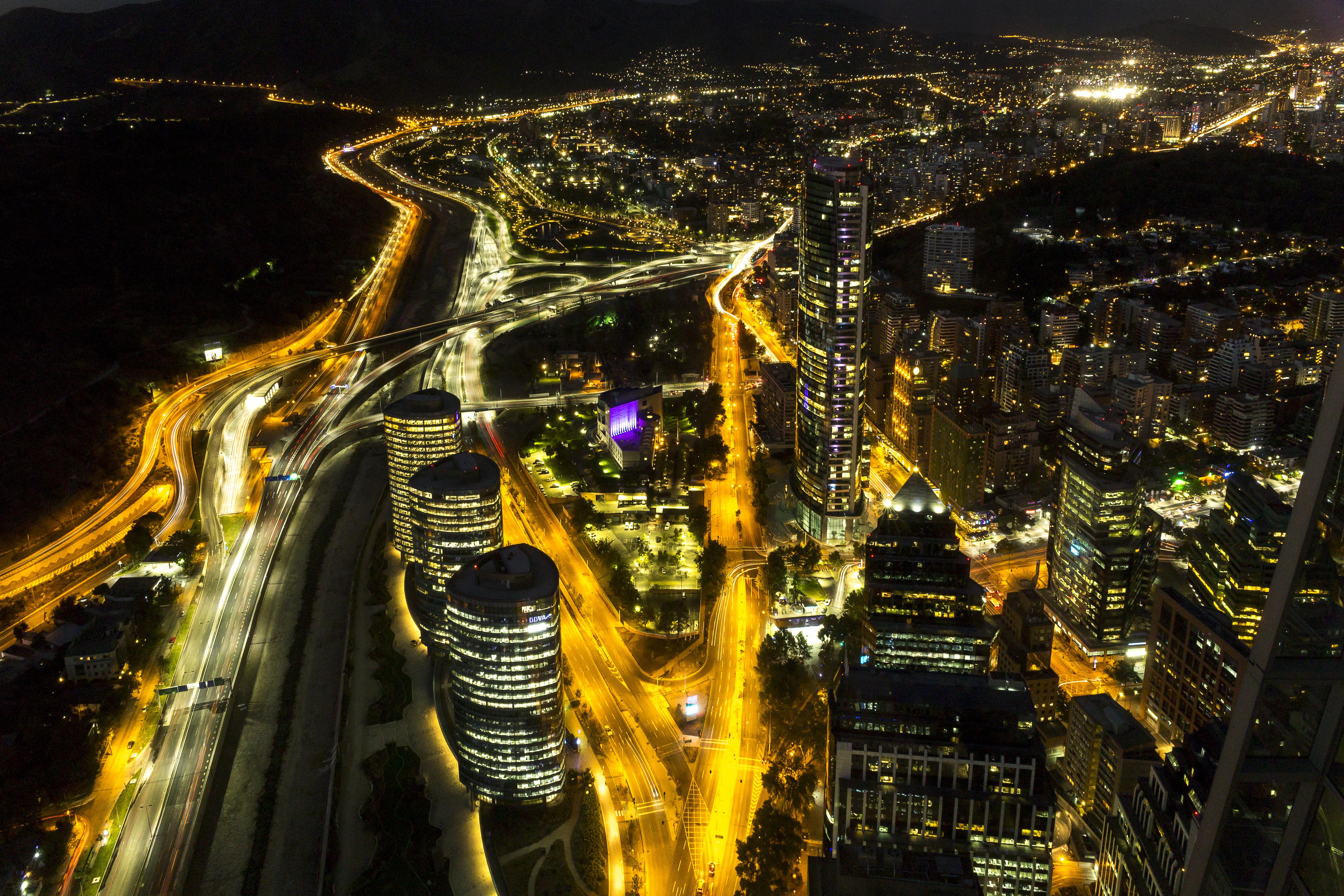 Vista aérea de Santiago y autopistas de noche
