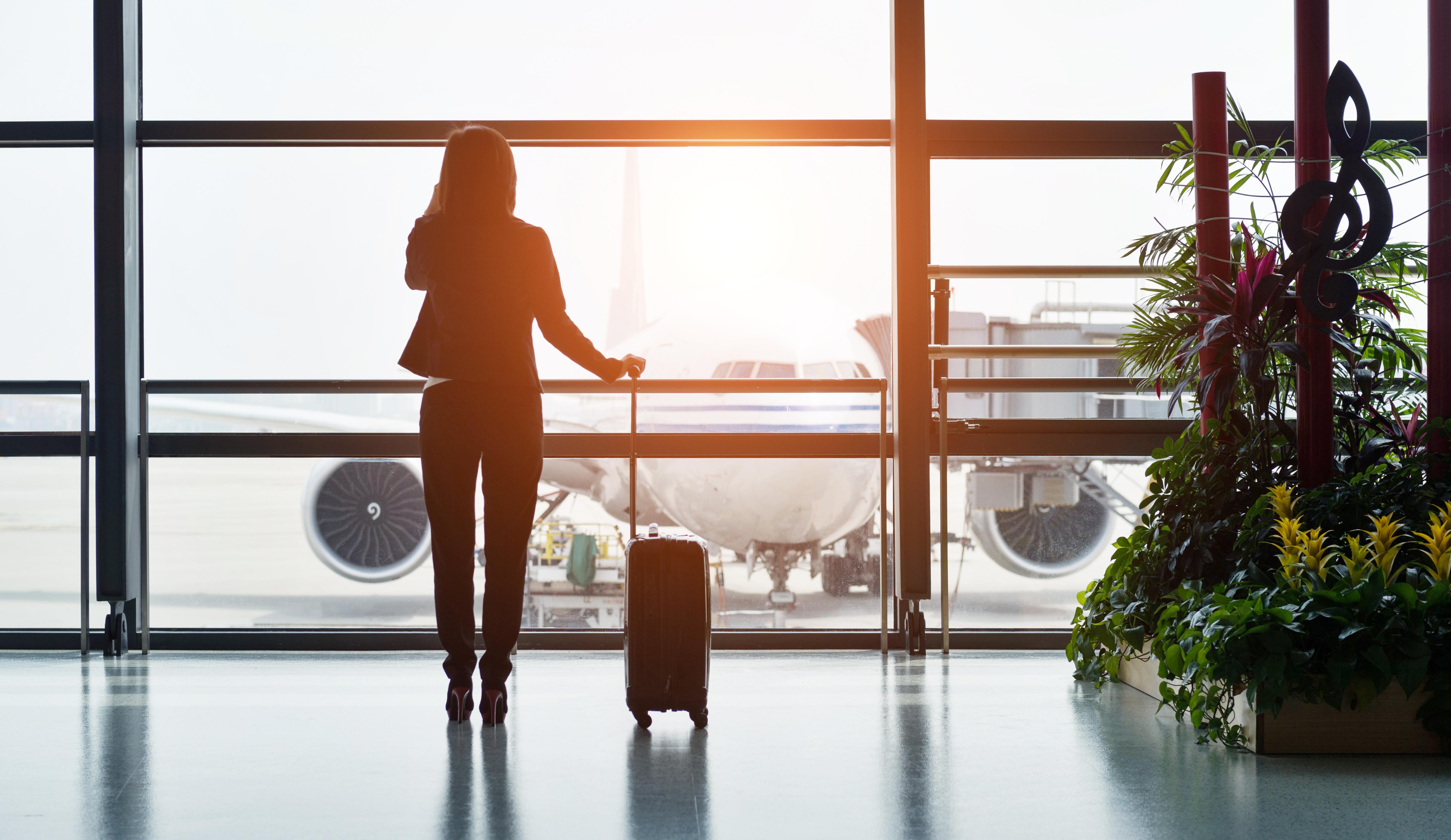 Mujer en aeropuerto