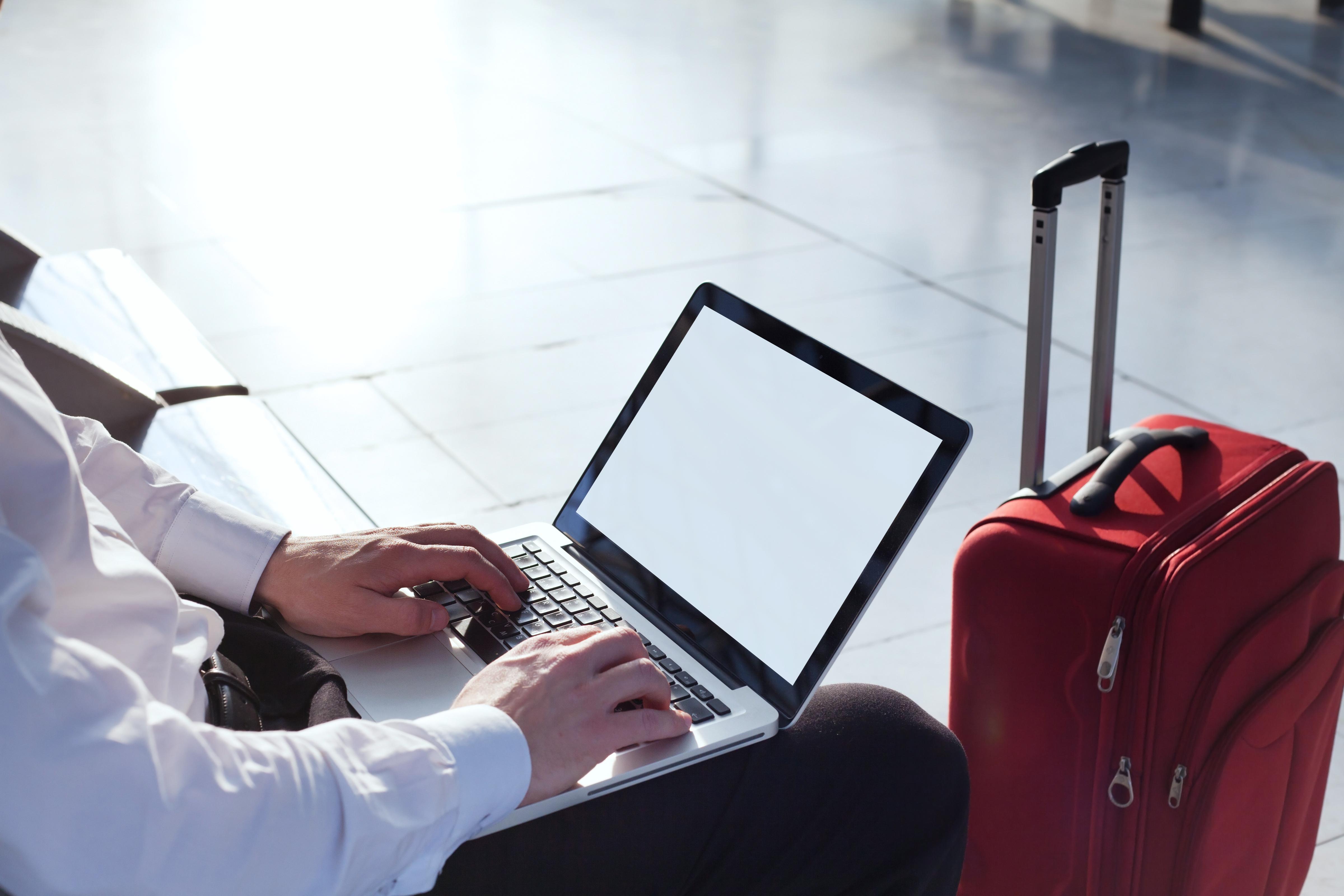 Viajero con computador y maleta
